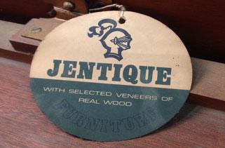 Etiqueta exterior utilizada en los muebles de la marca inglesa Jentique